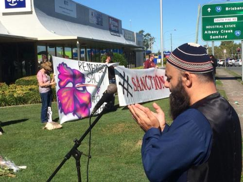 Mufti Junaid Akbar saying a prayed for Salim outside Peter Dutton's Office, Brisbane, 2018. Photo: Refugee Action Collective Queensland.